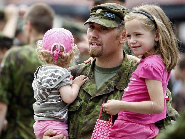 Vojáci se v Pardubicích loučili před odjezdem na misi do Kosova