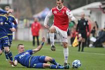 Utkání FORTUNA:NÁRODNÍ LIGY mezi FK Pardubice (v červenobílém) a FC Vysočina Jihlava (v modrém) na hřišti Pod Vinicí v Pardubicích