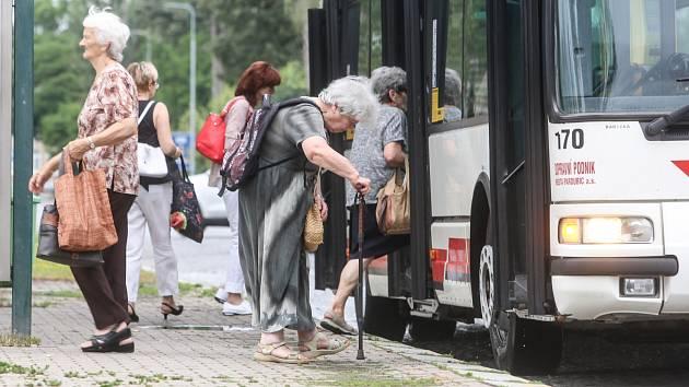 Senioři nad 70 let budou v Pardubicích jezdit zdarma