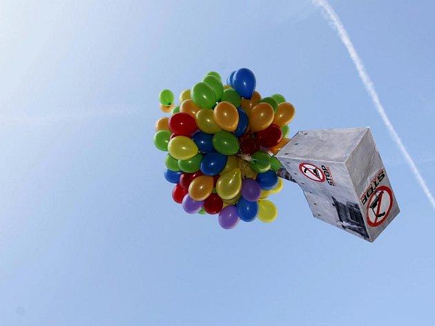 Model spalovny vzneslo k nebi několik desítek balonků. Spalovna tak symbolicky odletěla z Pardubicka.