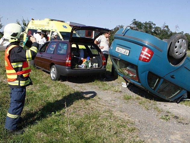 Fabie po nehodě skončila na střeše. Řidička odháněla vosu.