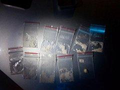 Zadržené sáčky s drogou. Podle tvrzení podezřelého řidiče mělo jít o pervitin.