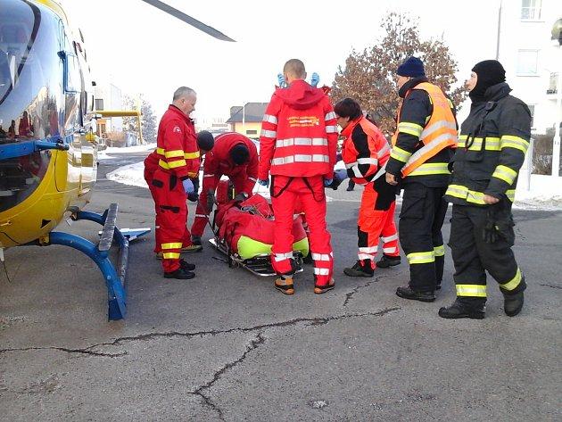 Zásah záchranářů u holického gymnázia.