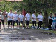 Ženské hasičské družstvo v ukázkovém úboru