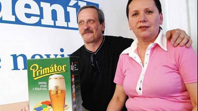 Šťastná Bohumila Kramaříková převzala v redakci Pardubického deníku karton piva Primátor.