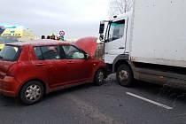 Střet náklaďáku a osobního auta zastavil ve čtvrtek ráno provoz na silnici I/35 u Holic