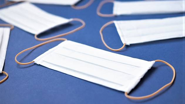 Balení s deseti kusy chirurgických roušek si zdarma mohou vyzvednout obyvatelé městské části Brno-střed. Ilustrační foto
