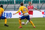 Fotbalové utkání Fortuna ligy mezi FK Pardubice (v červenobílém) a SFC Opava ( ve žlutomodrém) na Městském stadionu Ďolíček v Praze.
