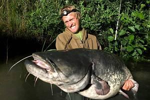 Rybář Jakub Vágner se vydal chytat sumce na Pardubicko.