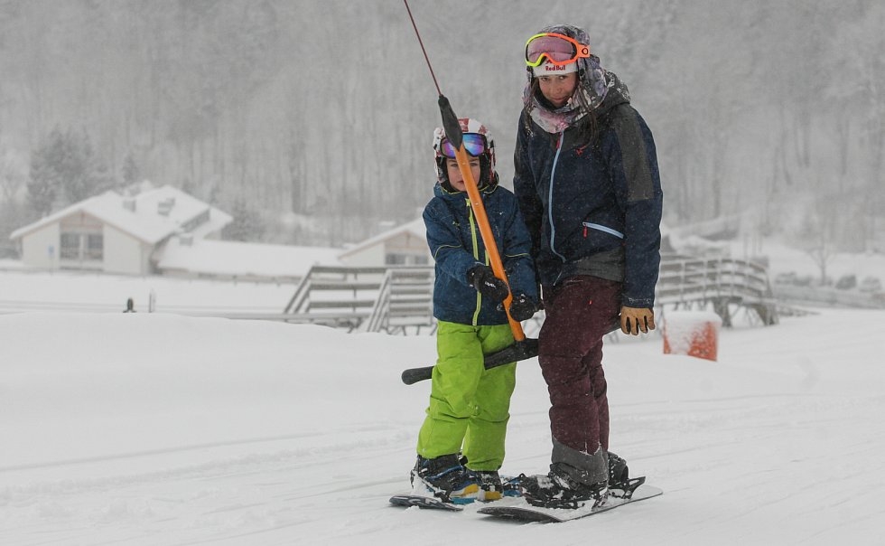 Olympijská vítězka ve snowboard crossu Eva Samková učí děti základům správné techniky jízdy na snowboardu v kempu ve Ski areálu U Slona na Dolní Moravě.