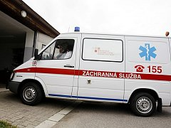 """Záložní sanitka z Holic měla původně putovat do Libišan k hasičům. Po skandálu s převozem špinavých pacientů ale možná skončí v Pardubicích jako """"špinavé taxi"""" pro opilce."""