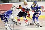 Šesté finalové utkání play off Tisport extraligy v ledním hokeji mezi HC ČSOB Pojišťona (v bílém) a HC Kometa Brno (v modrobílém) v brňenské Kajot Areně.