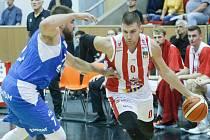 Basketbalové utkání Kooperativa NBL mezi BK JIP Pardubice (v červenobílém) a NH Ostrava (v modrém) v pardubické hale na Dašické.