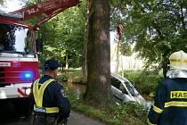 Auto po nehodě z Opatovického kanálu museli vylovit hasiči.