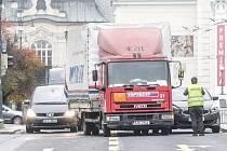 Srážka osobního a nákladního vozidla zablokovala průjezd náměstím Republiky v Pardubicích