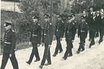 HASIČI se ve svátečních uniformách zúčastňovali i smutečních průvodů.