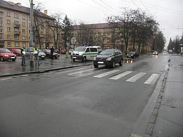 Policie hledá svědky dopravní nehody na dukelském náměstí. Došlo k ní v pátek 11. prosince kolem osmé hodiny ráno.