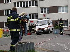 Převoz nakaženého studenta z univerzitních kolejí provázela přísná bezpečnostní opatření.