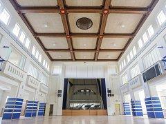 Interiér zrekonstruované pardubické sokolovny přímo září novotou. Rekonstrukce objekt prosvětlila.