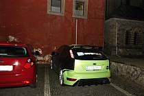 Auto bez technické nesmí jezdit. Když jej strážníci zastavili, řidič jej odstavil v Pernerově ulici. A pak se náhle objevilo třeba na parkovišti za kostelem svatého Bartoloměje.  Asi samo...