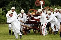 MĚLICKOU STŘÍKAČKU obsluhovala stará garda v dobovém oblečení. Obec ji pořídila z peněžní sbírky již v roce 1901.
