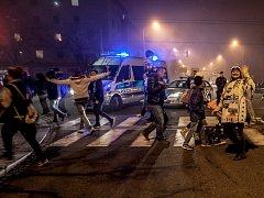 Rozdovádění fanoušci Komety Brno v Pardubicích. Na co proti nim do města plného lidí policejní hlídky nafasovaly útočné pušky s vysokou průbojností střeliva je zřejmě otázka na policejní generalitu...