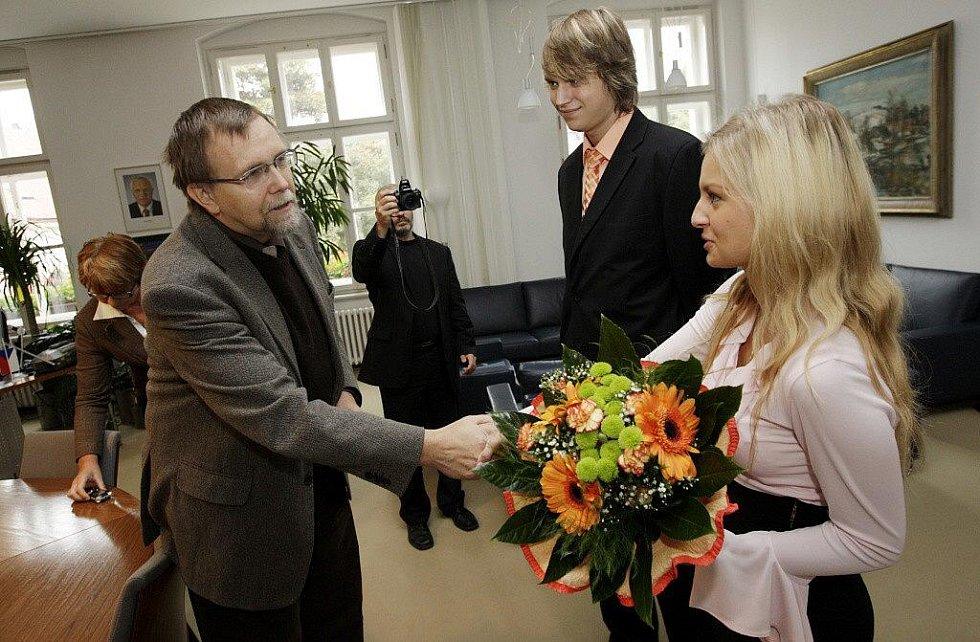 Elena Brabcová a Michal Vitásek se dočkali ocenění na pardubické radnici i krajském úřadu. Ve čtvrtek 12. srpna zachránili z Chrudimky pětiletého topícího se chlapce.