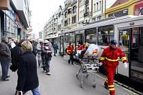 Na třídě Míru zasahovala záchranka. Starší cestující se v trolejbuse zranila na noze