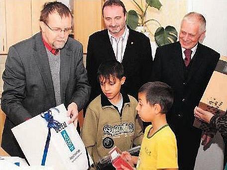 Hejtman Martínek obdaroval holický dětský domov