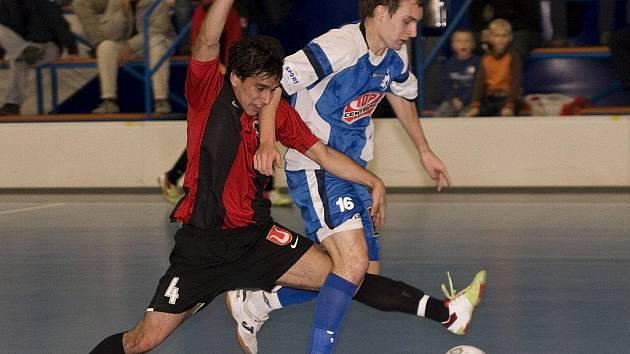 Caio de Oliveira (v tmavém) byl hnacím motorem Benaga. Nakonec byl u rozhodujících gólů svého týmu. Na snímku v agresívním souboji  s pardubickým  Matějem Slováčkem.