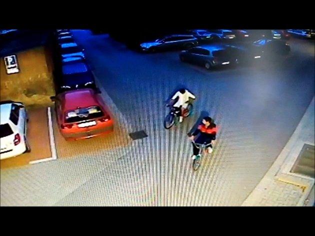 Dvojici zlodějů zachytila bezpečnostní kamera. Poznáváte je? Volejte policii...