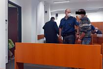 Obžalovaný šedesátičtyřletý muž, který měl údajně sexuálně obtěžovat šestiletou holčičku.