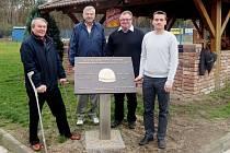 Petr Králíček, Petr Moravec, radní MO VI Milan Chmelař a předseda klubu Zlatá přilba Evžen Erban (zleva) u pamětní desky.