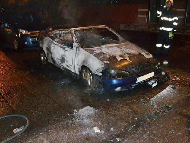 Požár auta ve Sluneční ulici likvidovali hasiči v Pardubicích.
