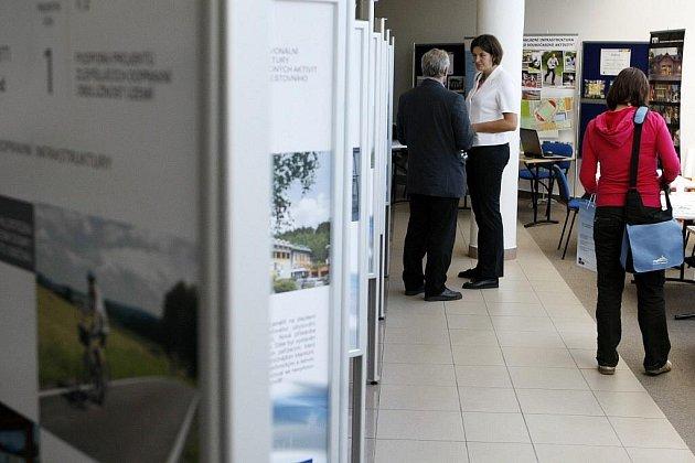 VÝSTAVA REALIZOVANÝCH PROJEKTŮ byla včera k vidění v aule pardubické univerzity. Prezentovaly se zde projekty ze tří krajů – Pardubického, Královéhradeckého a Libereckého.