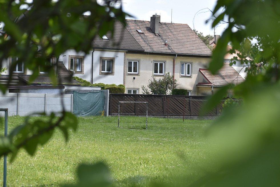 Investor chce ve vnitrobloku mezi starými domy postavit čtyřpatrovou bytovku. Na zelené ploše si často hrají děti, chodí tam školky, sousedé jsou zvyklí se na ní potkávat nebo tam věšet prádlo.