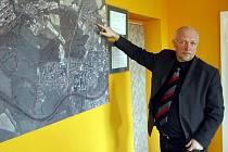 STAROSTA OBVODU Milan Tichý ukazuje na mapě místo, kde se zřejmě v příštím roce začnou stavět další bytové domy.
