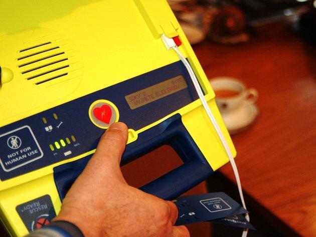 Defibrilátor bude pro případ potřeby umístěn na recepci úřadu Pardubického kraje