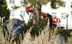 Zásah hasičů v pardubické nemocnici. K vyproštění vozidla visícího na kraji svahu museli hasiči použít autojeřáb