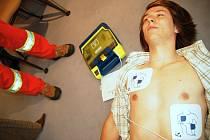 Defibrilátor může obsluhovat i naprosto neproškolená osoba.  Přístroj uživatele instruuje krok za krokem - graficky i mluveným slovem
