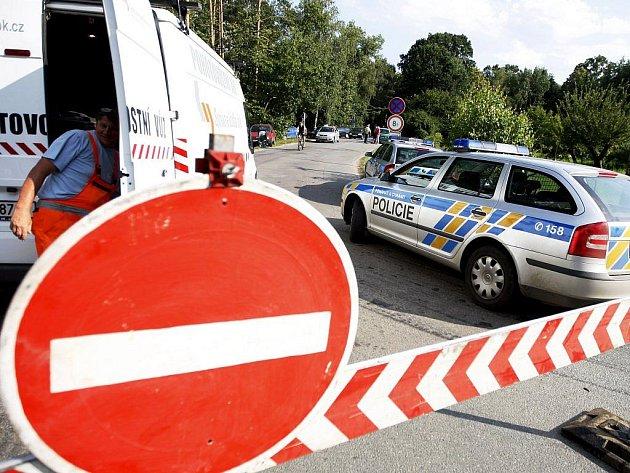 Kvůli zachování průjezdnosti silnic teď kolem písníku na Hrádku hlídkují nepřetržitě dopravní policisté. Stovky návštěníků totiž svými vozidly znemožňovaly i průjezd vozidlům záchranné služby.