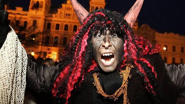 Tradiční rojení čertů také zažilo Pernštýnské náměstí, kde se večer sešla pořádná porce čertů i Mikulášů.