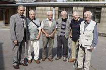 Tady jsme se podruhé narodili. V místě, kde přesně před 69 lety přežili ve stísněném krytu spojenecký nálet, se sešli (zleva) Zdeněk Utíkal, Karel Tlučhoř, Karel Komárek, František Kocek, Václav Hudec a Oldřich Kovařík.