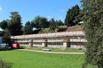 V podzimních měsících opět probíhá oprava zámecké zdi. Rekonstrukce probíhá již po šesté. Tentokrát se dostalo na úsek nalevo od Labské brány zámku.