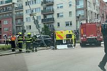 Nehoda sanitky v Pardubicích. Záchranka skončila na boku, posádka v nemocnici.