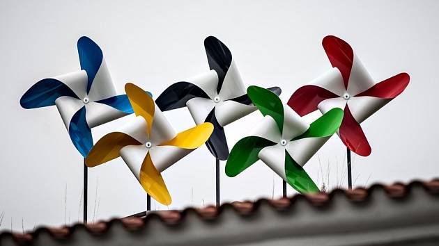 Olympijské větrníky na valech pardubického zámku.