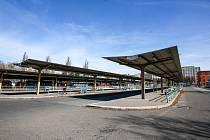 Pardubické autobusové nádraží je téměř prázdné.