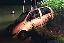 Zapomněli zabrzdit auto a šli na ryby. Vůz museli potom z Labe vylovit hasiči.