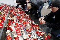 Poslední rozloučení s Václavem Havlem na velkoplošné obrazovce před Východočeským divadlem v Pardubicích na náměstí Republiky sledovalo asi tisíc lidí.