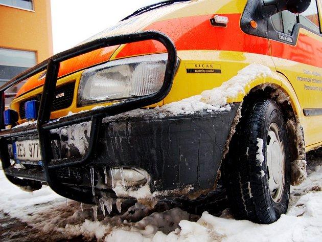 Se sněhem bojují i záchranáři. Prodlužují se jim dojezdové časy